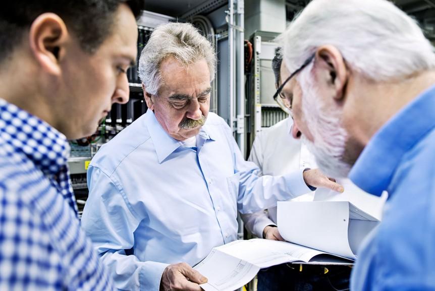 Mitarbeiter des TÜV Rheinland beraten Unternehmen in Fragen der Cyber-Security am Unternehmensstandort