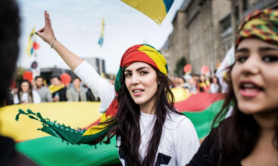 Kurdische Demonstrantin in Düsseldorf