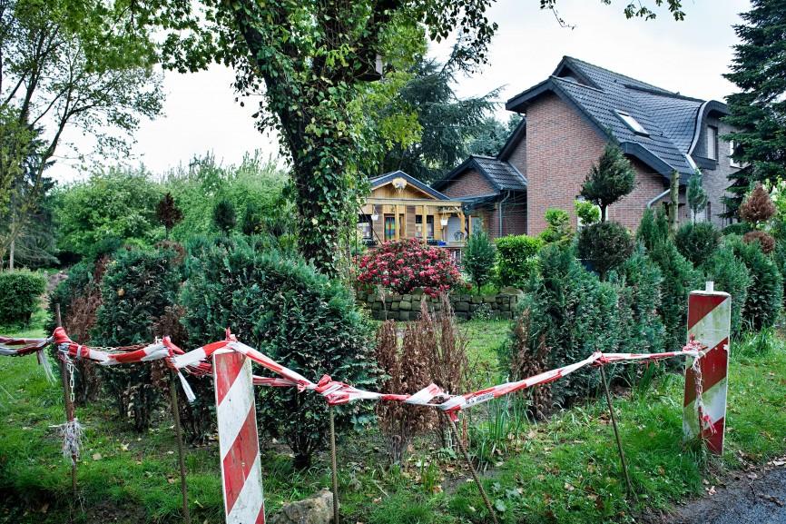 Die letzten bewohnten Häuser von Pesch, kurz  bevor der Ort dem Braunkohletagebau weichen muss, 2010