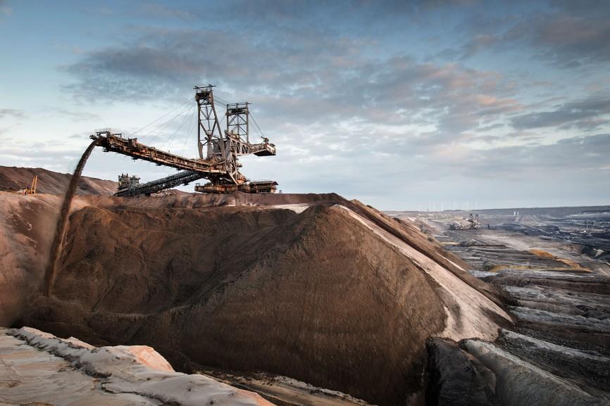 Abraum wird an der Westseite des Tagebaus aufgeschüttet, 2015