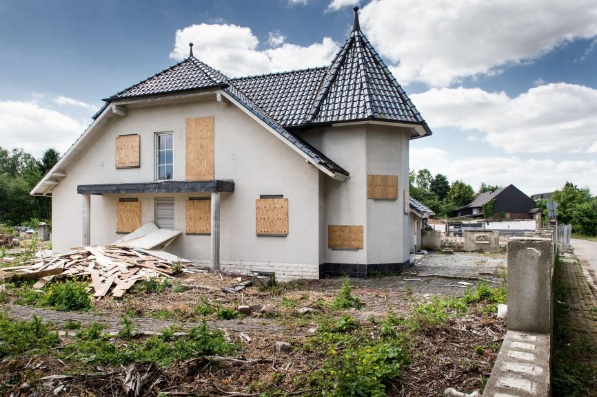Eine verlassene Villa in Borschemich, kurz vor dem Abriss des Dorfes, 2015. Manche Häuser entstanden, nachdem schon klar war, dass das Dorf verschwinden würde, um eine Entschädigung zu kassieren.