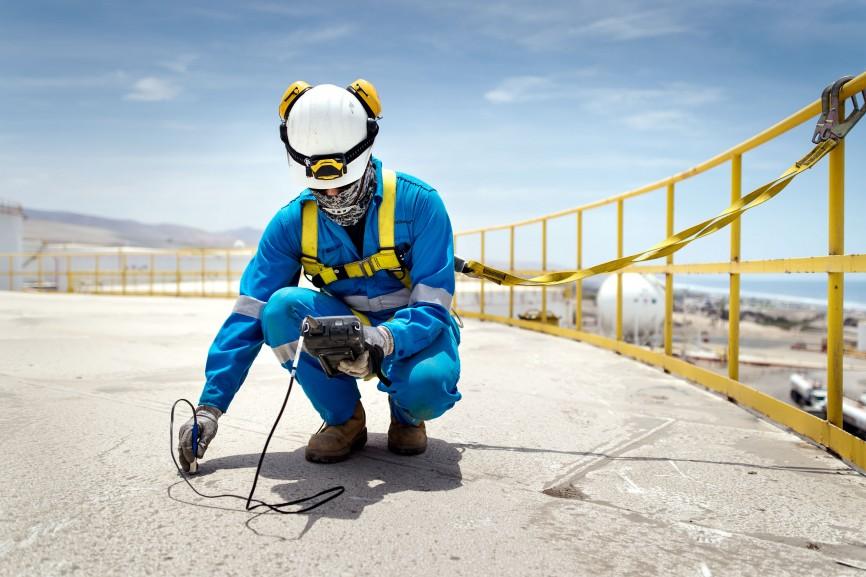 In Mollendo an der Pazifikküste nimmt ein TÜV-Mitarbeiter eine Materialprüfung vor.