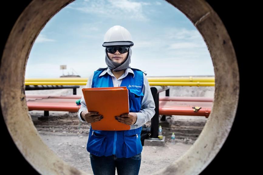 In Mollendo an der Pazifikküste nimmt eine TÜV-Mitarbeiterin eine Materialprüfung vor.