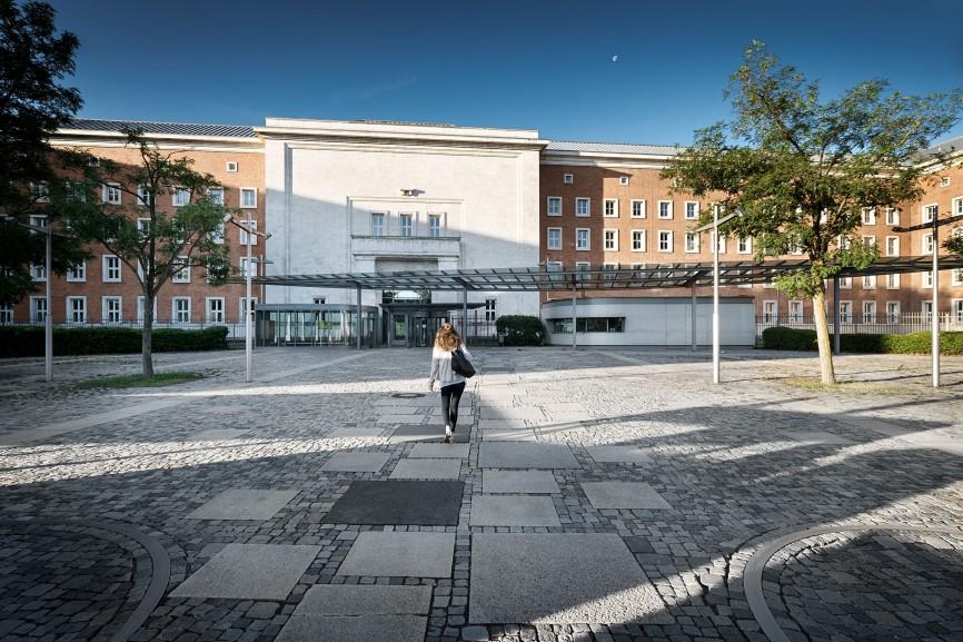 Zugang zur ehemaligen SS-Kaserne in der heute das Bundesamt für Migration und Flüchtlinge (BAMF) untergebracht ist