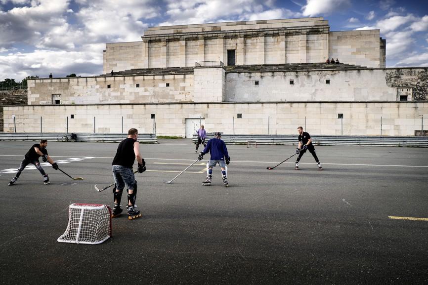 Hockeyspieler nutzen den Platz vor der ehemaligen Zeppelintribühne für ihr Training