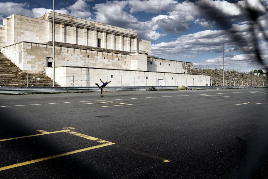 Skater auf dem Platz vor der ehemaligen Zeppelintribühne
